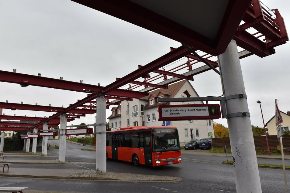 """Der Busbahnhof Dippoldiswalde mit seinem """"geisterhaft wirkenden Stahlträger- und Betonsäulenskelett""""."""