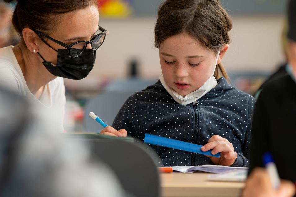 Subjekt, Prädikat und Akkusativ unterstreichen: Elsa braucht im Deutsch-Unterricht die Hilfe von Lehrerin Maria Koch.