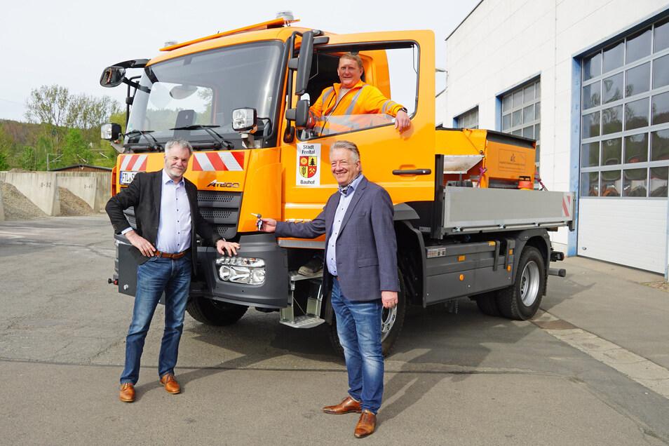 Jörg Seelbach von der Daimler Truck AG (rechts) übergab das Auto an Oberbürgermeister Uwe Rumberg (links) und Bauhofleiter Jens Straube.