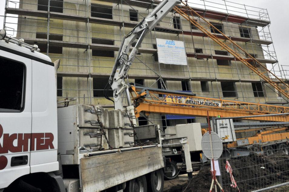 Nachdem die Wintersicherung abgebaut wurde, beginnen am Montag an der künftigen Stadtvilla in der Humboldtstraße die Bauarbeiten.