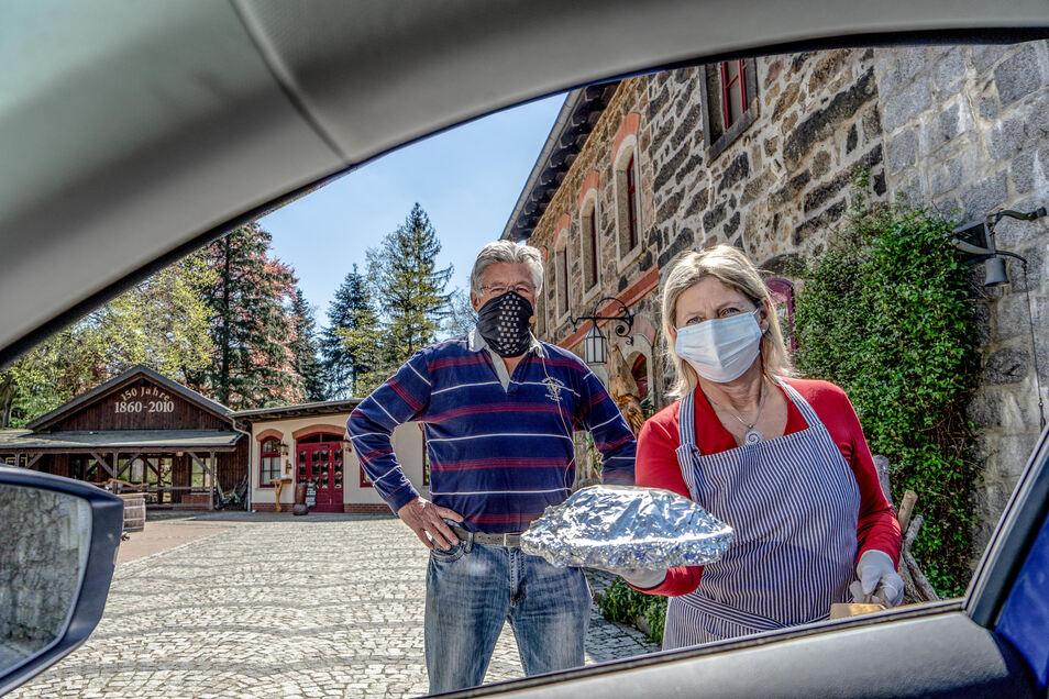 Auf dem Butterberg in Bischofswerda bekommen Gäste jetzt frisch gekochtes Essen zum Mitnehmen ins Auto gereicht. Dafür sorgen die Inhaber Karl-Heinz und Heidi John. Bestellt wird während der Anfahrt per Funk.
