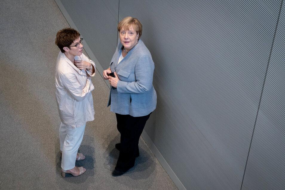 Bundeskanzlerin Angela Merkel (r, CDU) und Annegret Kramp-Karrenbauer (CDU) im Gespräch.