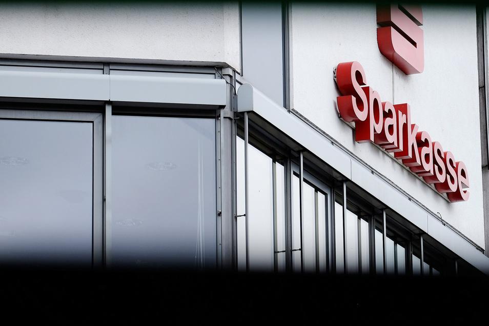 Die Sparkasse Meißen steht zusammen mit weiteren sächsischen Sparkassen am Pranger. Sie soll nach Ansicht der Verbraucherzentrale Sachsen (VZS) den Prämiensparern zu wenig Zinsen gezahlt haben.