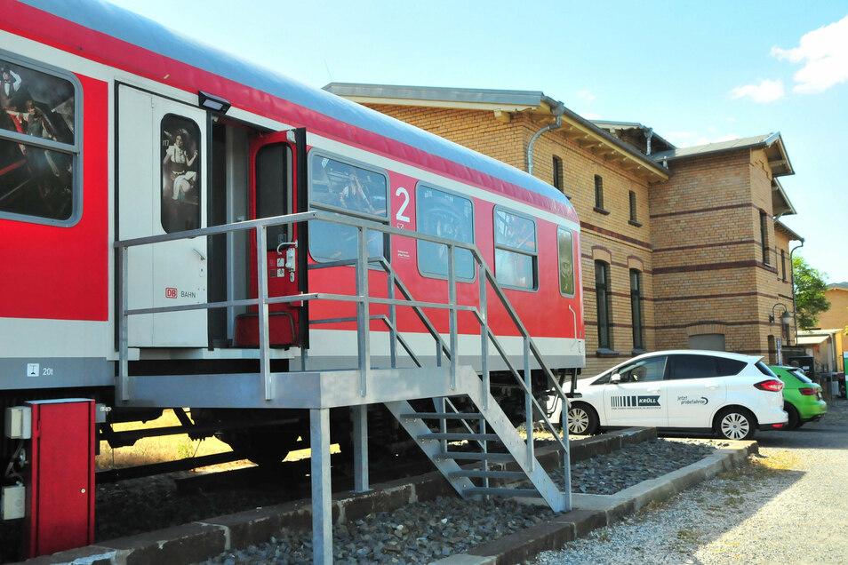 Der Schlafwagen ist insgesamt 28 Meter lang und hatte mal 58 Sitzplätze für Zugreisende.