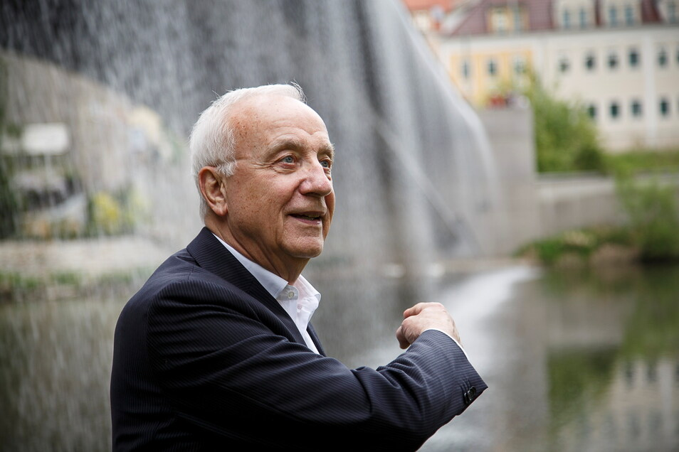 Fritz Pleitgen bei einem Görlitz-Besuch 2015. Damals besichtigte er auch die Wasserfall-Installation an der Altstadtbrücke.