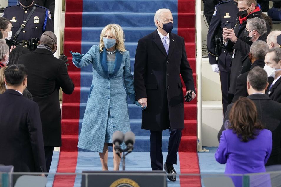 Joe Biden und seine Frau Jill gehen zur 59. Amtseinführung des Präsidenten vor dem US-Kapitol.