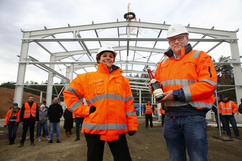 Sie können sich freuen: Janet Lange (l.) und Andreas Reck feierten am Dienstag mit einigen Mitarbeitern ihres Bauunternehmens am neuen Standort in Laußnitz Richtfest.