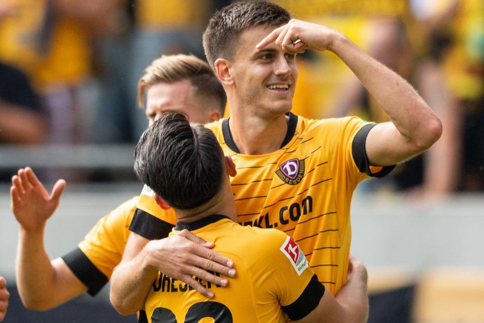 Dynamos Neuzugang Alexander Jeremejeff (r) jubelt nach seinem Tor zum 2:0 mit Baris Atik.