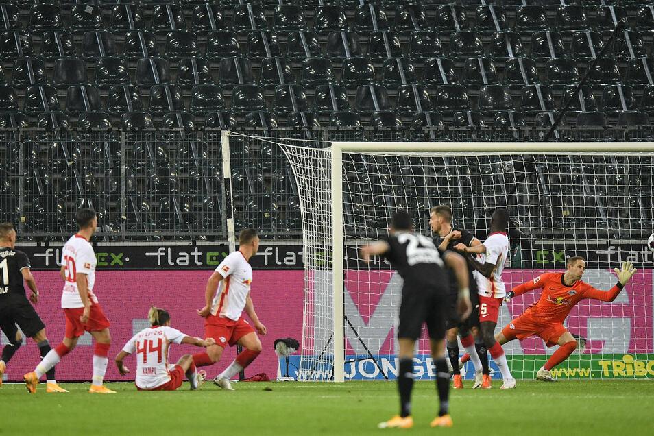 Das Tor des Tages: Ausgerechnet Hannes Wolf (l), der von RB an Mönchengladbach ausgeliehen ist, trifft zum 1:0 für die Borussia. Der nun gestürzte Spitzenreiter Leipzig zeigt im Spitzenspiel eine schwache Leistung.