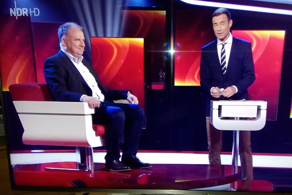 Mathias Hoinkis (links) mit Moderator Kai Pflaume im Sendestudio.