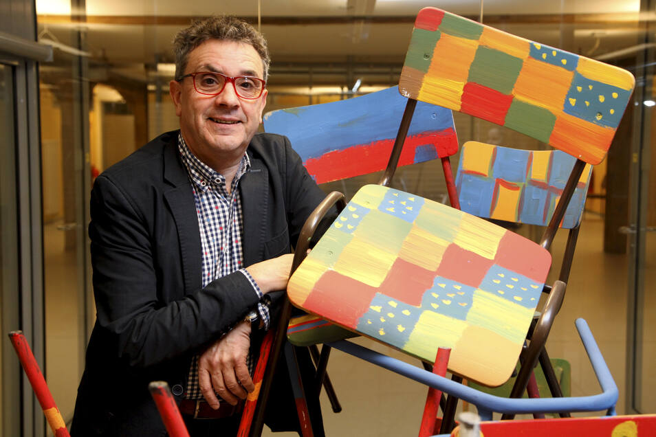 Volkshochschul-Chef Matthias Weber sitzt in diesem Jahr wegen Corona buchstäblich ein bisschen zwischen den Stühlen.