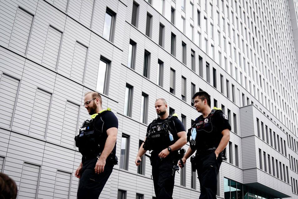 Beamte der Berliner Polizei laufen vor der Charite Streife. Hier wird der russische Oppositionelle Nawalny behandelt.