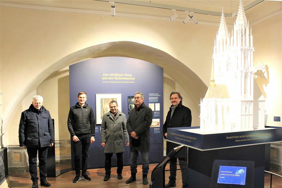 Die Macher des neuen Museums: Andreas Stempel, Daniel Sommer, Matthias Donath, Knut Hauswald und Andreas Beuchel neben dem Modell der Westtürme des Meißner Doms von 1902.
