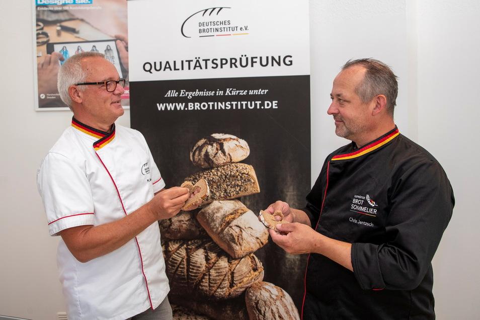 Sehen, riechen, fühlen und schmecken. Michael Isensee vom Deutschen Brotinstitut (links) und Brotsommelier Chris Jentzsch mit einem Vollkornbrot.