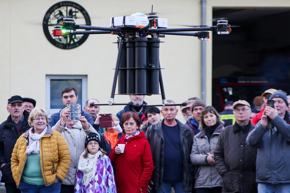Die Bewohner des thüringischen Ponitz: beobachten die Vorführung einer Drohne zur Zustellung von Tageszeitungen.