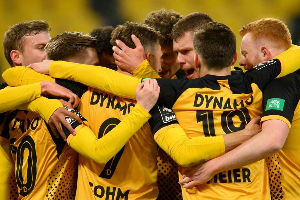 An der Entstehung des 1:0-Siegtreffers ist die halbe Mannschaft beteiligt - und verdientermaßen groß danach die Jubeltraube um Torschütze Pascal Sohm.