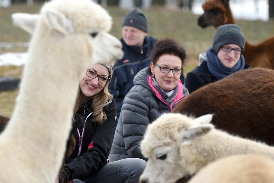 Die Alpakas haben im Leben von Linda, Michael, Liane und Leon Hans-pach einiges geändert. Bei den Urlaubsplänen geht es ganz nach den Tieren.
