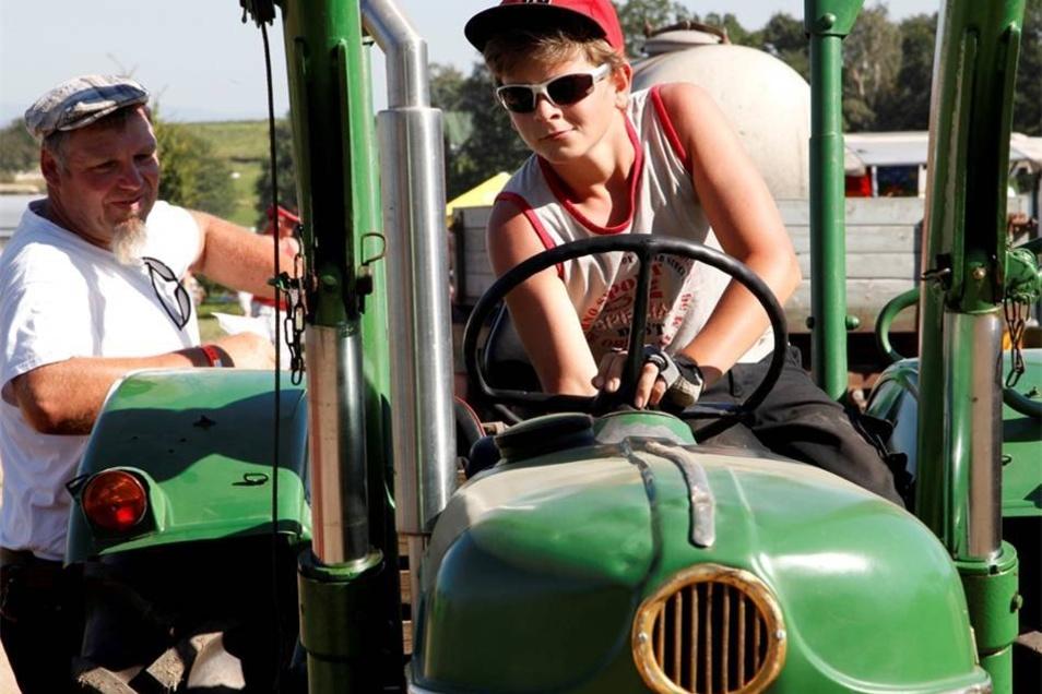 Ist alles in Ordnung? Louis hilft beim Überprüfen des Traktors.
