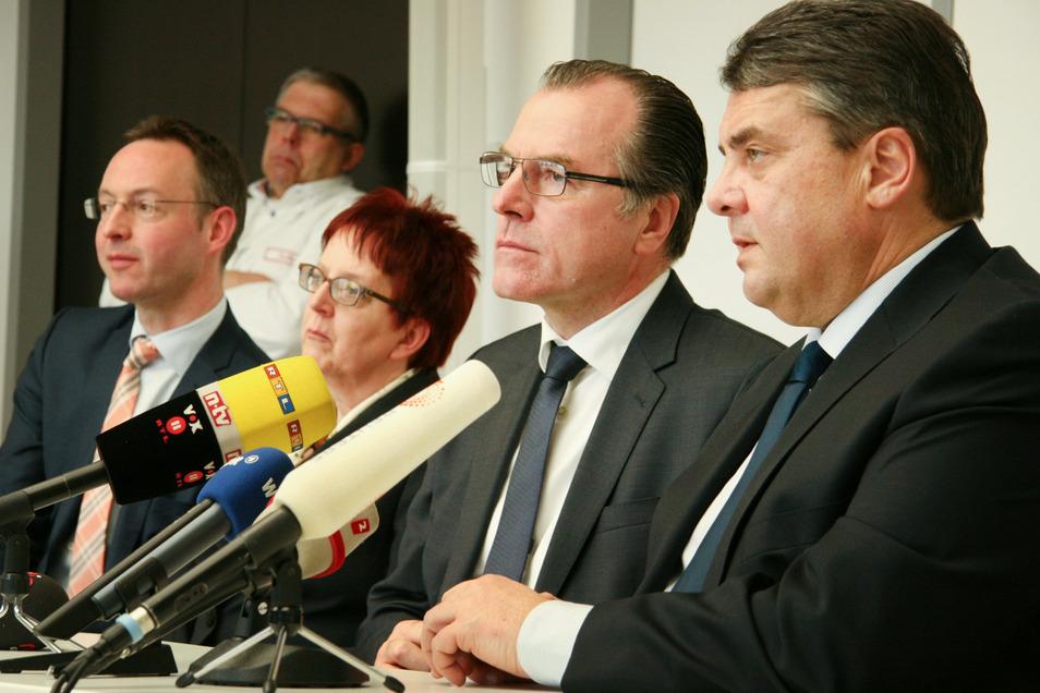 Clemens Tönnies (2.v.r.) und der damalige Bundeswirtschaftsminister Sigmar Gabriel (SPD, r) bei einer Pressekonferenz im Jahr 2015. Gabriel war vom März bis Mai 2020 für den Fleischkonzern Tönnies als Berater tätig.