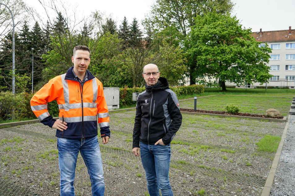 Bürgermeister Michael Herfort (l.) und Bauamtsleiter Heiko Knoppik sind startbereit: Sobald die Grasfläche zugewachsen ist, geben sie den neuen Caravan-Stellplatz in Wilthen für Touristen frei.