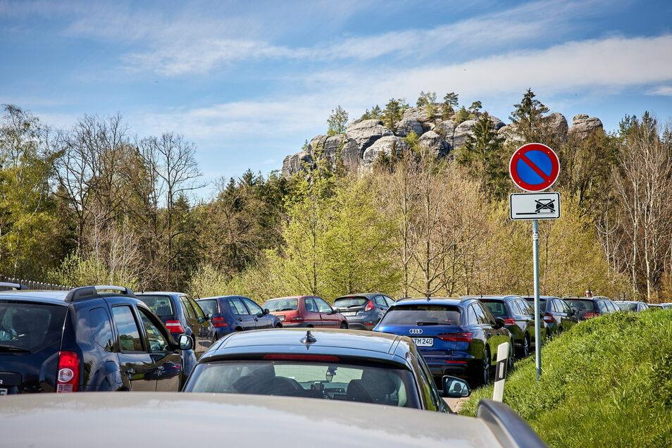 Am Gamrig oberhalb von Rathen: Wanderparkplatz voll, Straßenränder zugeparkt.