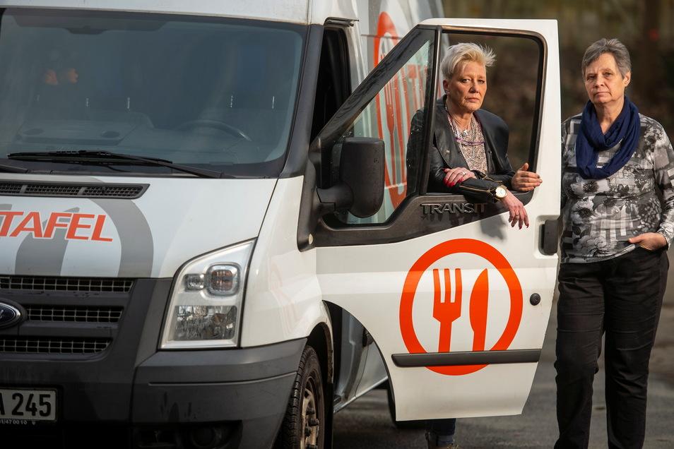 Sandra Furkert (l.) und Christina Rentner von der Pirnaer Tafel stehen an dem Tafelauto. Das befindet sich derzeit öfter in der Werkstatt, als auf der Straße.