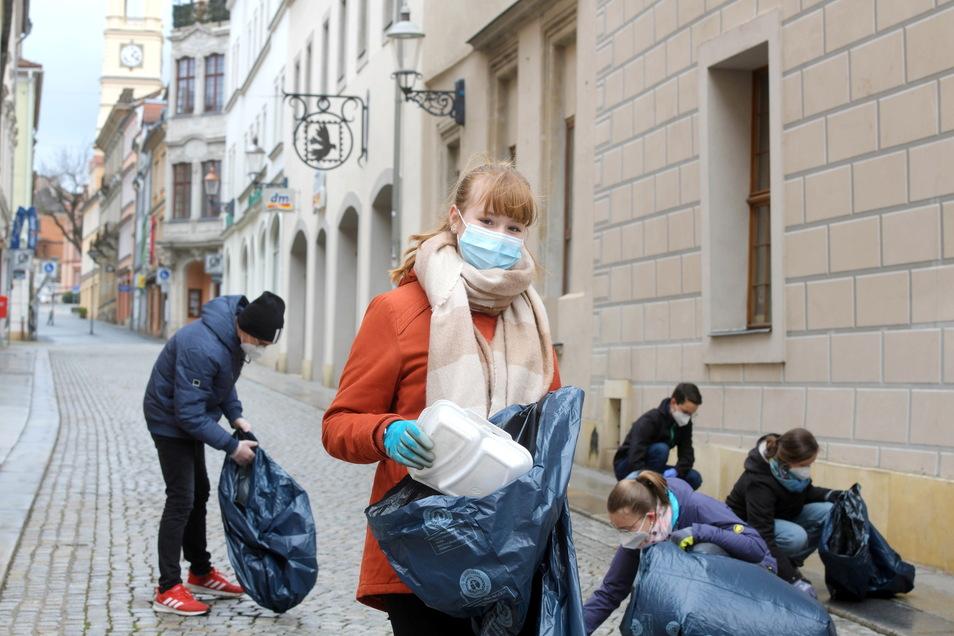 """Nora und weitere 20 junge Leute sammelten am Freitag auf Zittaus Straßen Müll. Eingeladen zu dieser Aktion hatten die Mitglieder von """"Fridays for Future""""."""