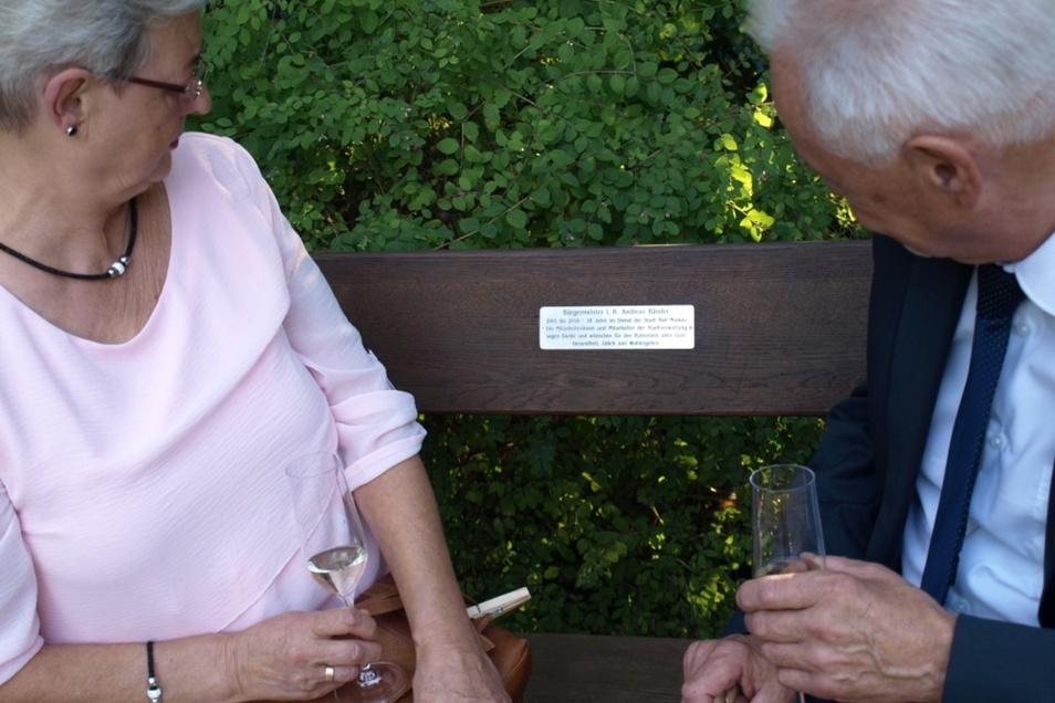 Im Park, gleich neben dem Eingangstor an der Tourist-Information, steht nun eine Andreas-Bänder-Sitzbank.