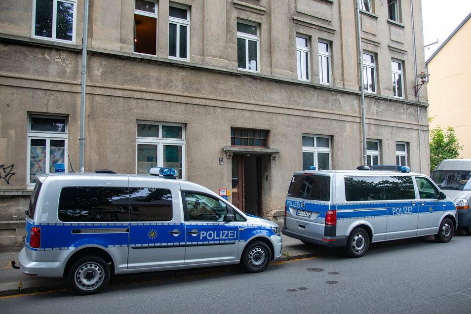 Mehrere Polizeifahrzeuge standen am Donnerstagmorgen in der Bischofswerdaer Bischofstraße. Das erregte Aufsehen.