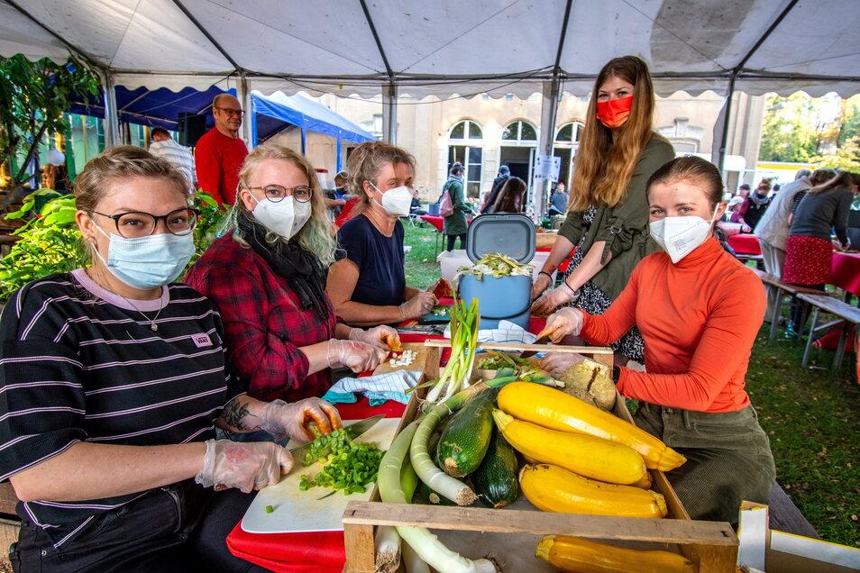 Schnippeln gegen Lebensmittelverschwendung hieß es am Sonnabend am Kulturbahnhof in Leisnig. Die aus dem Gemüse zubereiteten Salate und der Eintopf konnten später probiert werden. Eine Partyband spielte danach noch Diskomusik aus den Siebzigern.