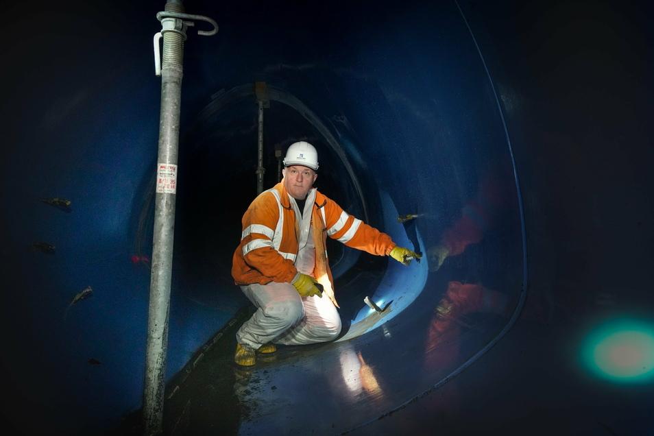 Polier Haring zeigt eines der Löcher, durch die Beton in den Hohlraum zwischen alter und neuer Röhre gepresst wird.