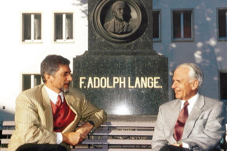 Günter Blümlein and Walter Lange von dem Denkmal von Ferdinand Adolph Lange am Glashütter Markt im Jahr 1994.