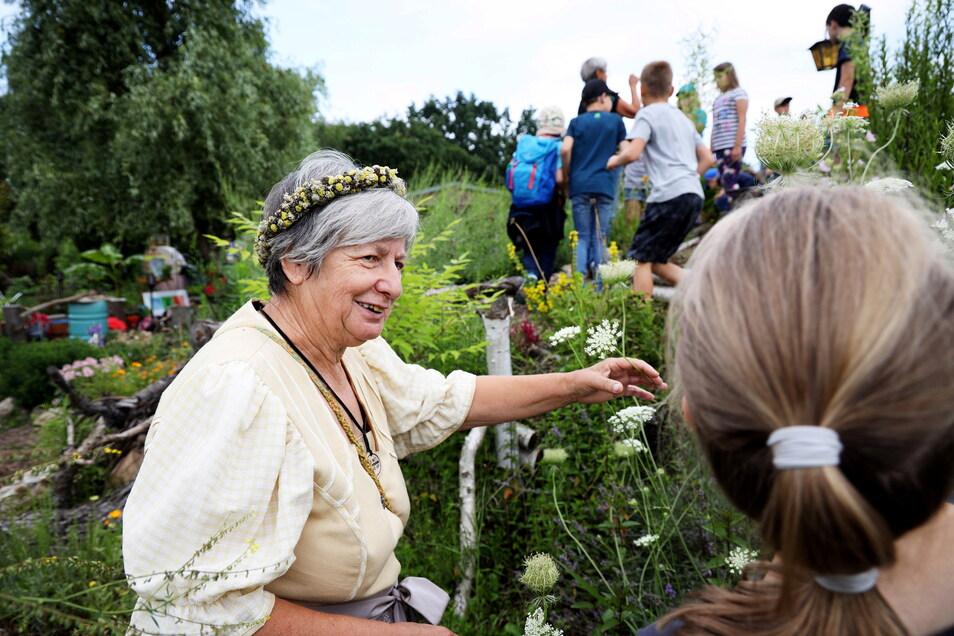 Kräuterweiblein Birgit Beecken führte kurz vor den Sommerferien Schüler der Trinitatisschule durch den Garten von Lebnatene - und erzählte dabei von nützlichen Wildkräutern im Garten.