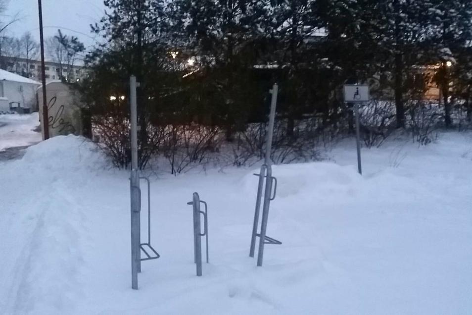 Zwischen den Stangen des Fahrradständers auf dem Gelände des Via-Regia-Parks in Königsbrück war ein Werbeschild für die Region befestigt. Es ist verschwunden. Nicht der einzige Fall von Vandalismus in Königsbrück.