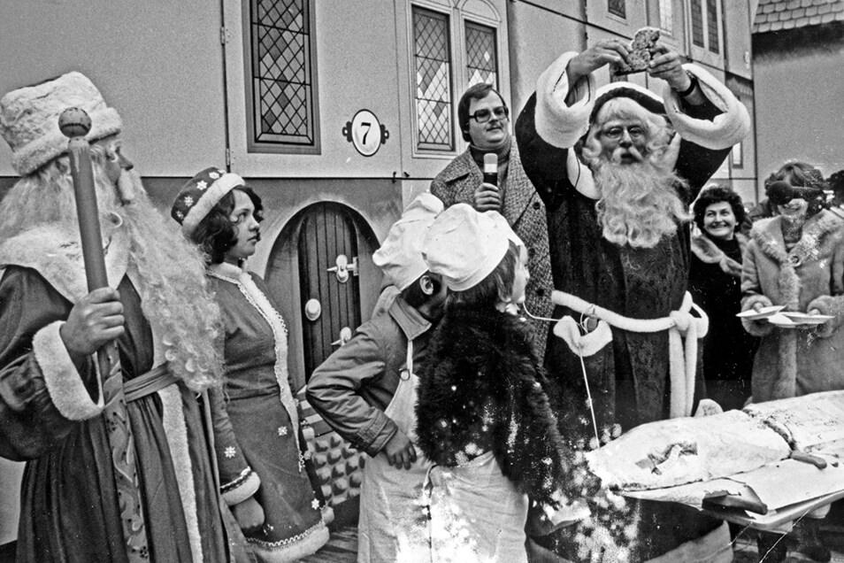 1977: Der Weihnachtsmann schnitt früher noch selbst den Stollen auf dem Striezelmarkt an. Erste Stücke gab es bereits damals zur Eröffnung. Im Hintergrund sieht man den beliebten Adventskalender.