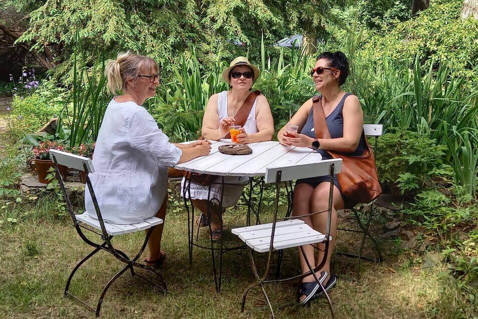 Plausch mit der Gastgeberin. Heike Hilsberg (l.) freute sich besonders über die vielen tollen Gespräche mit den Besuchern der Aktion Offene Gartenpforte.