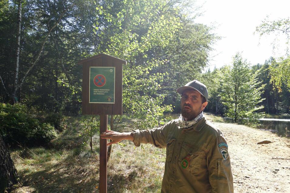 Im Nationalpark und im Landschaftsschutzgebiet ist Parken verboten. Ranger Miroslav Rybár ließ zur Sicherheit trotzdem noch Schilder anbringen.