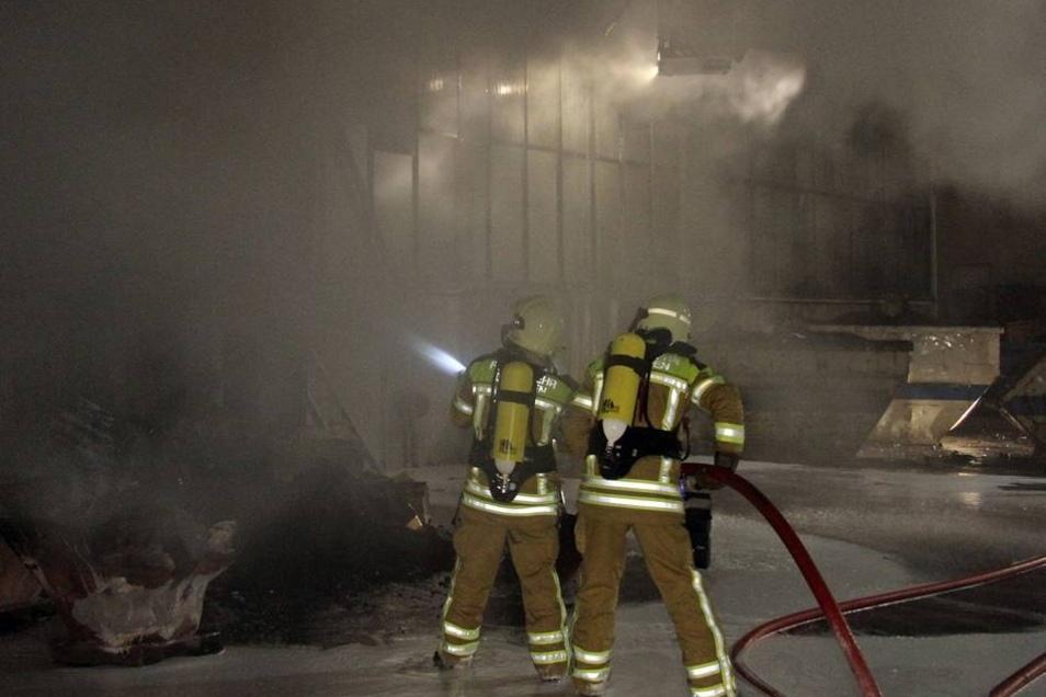 Gegen 02 Uhr am Dienstag wurden weitere Feuerwehren alarmiert ...