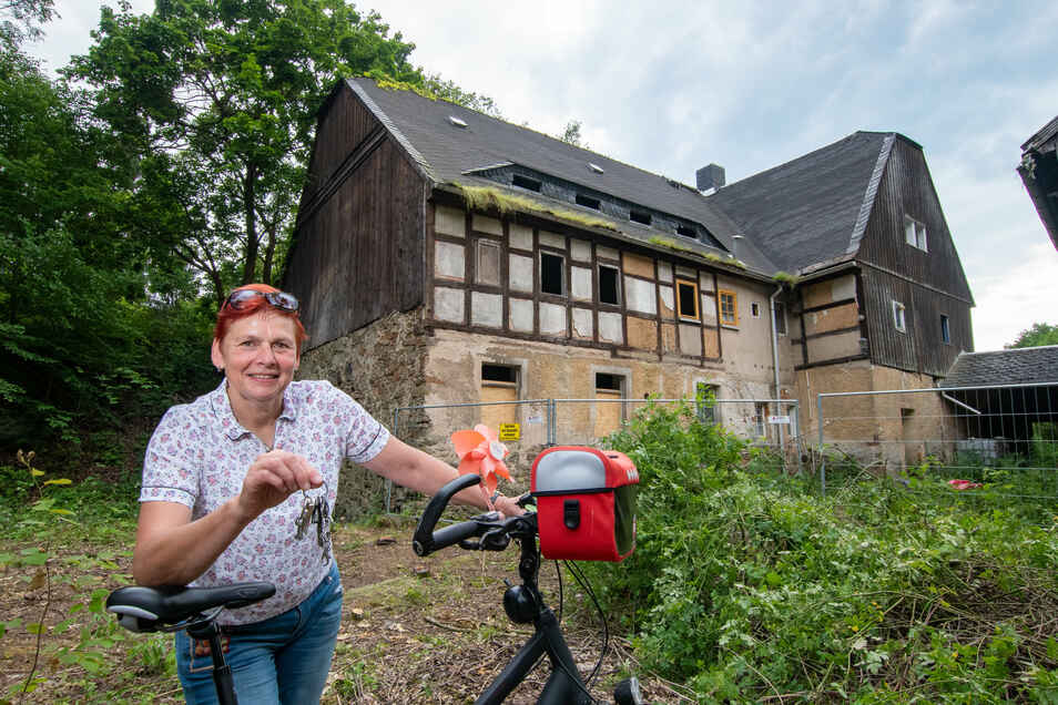 Bettina Böhme, Vorsitzende des Sächsischen Mühlenvereins, steht vor der Bachmühle in Steina. Gemeinsam mit einigen Helfern hat sie für eine Notsicherung des Grundstücks gesorgt.