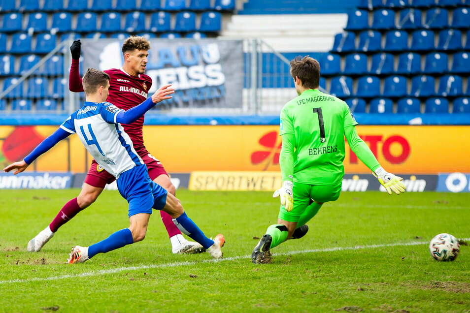 Heinz Moerschel überwindet Magdeburgs Torwart Morten Behrens und trifft zum 1:0 für Dynamo in einem umkämpften Ost-Duell.