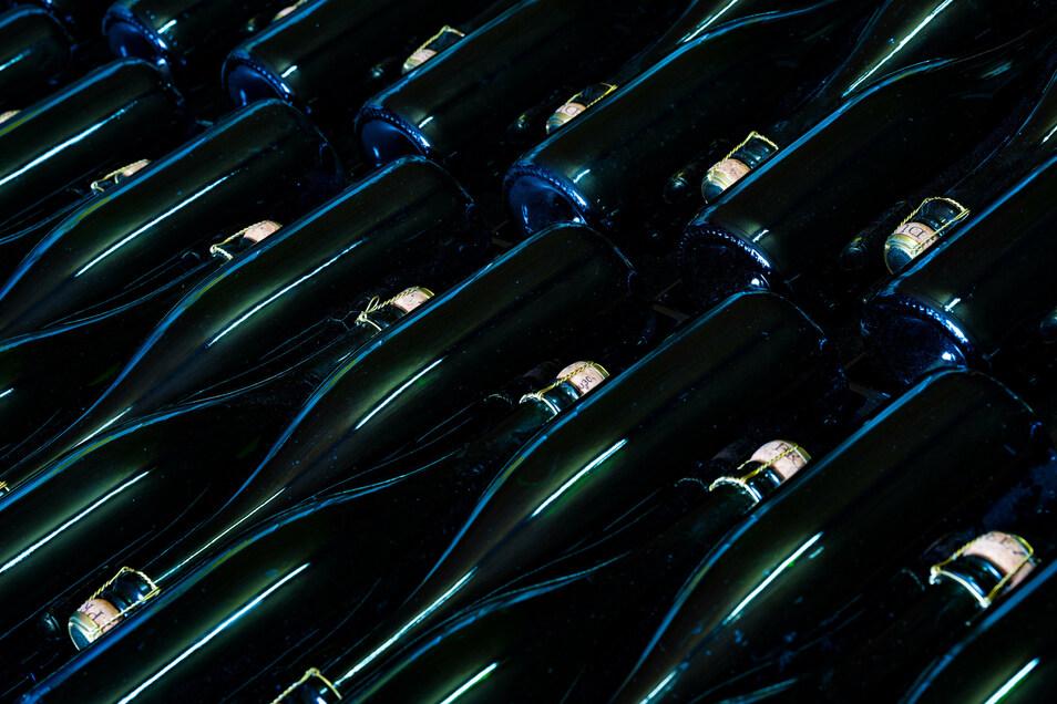 Jede Flasche wird mit der Hand abgefüllt und regelmäßig gedreht.