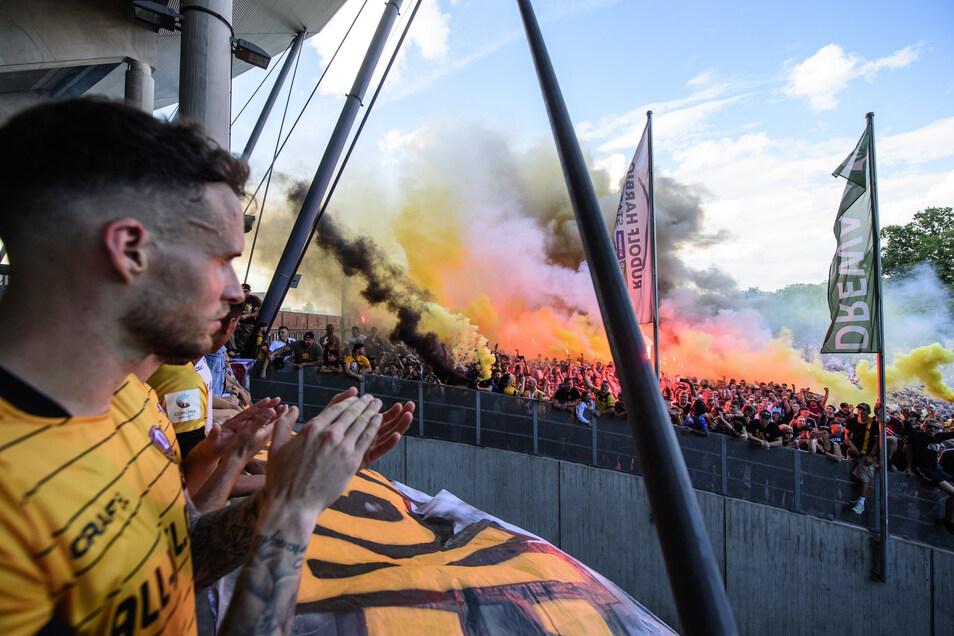Patrick Schmidt und die Mannschaft werden nach dem Spiel und dem Abstieg von den Fans vor dem Stadion mit Pyrotechnik gefeiert.