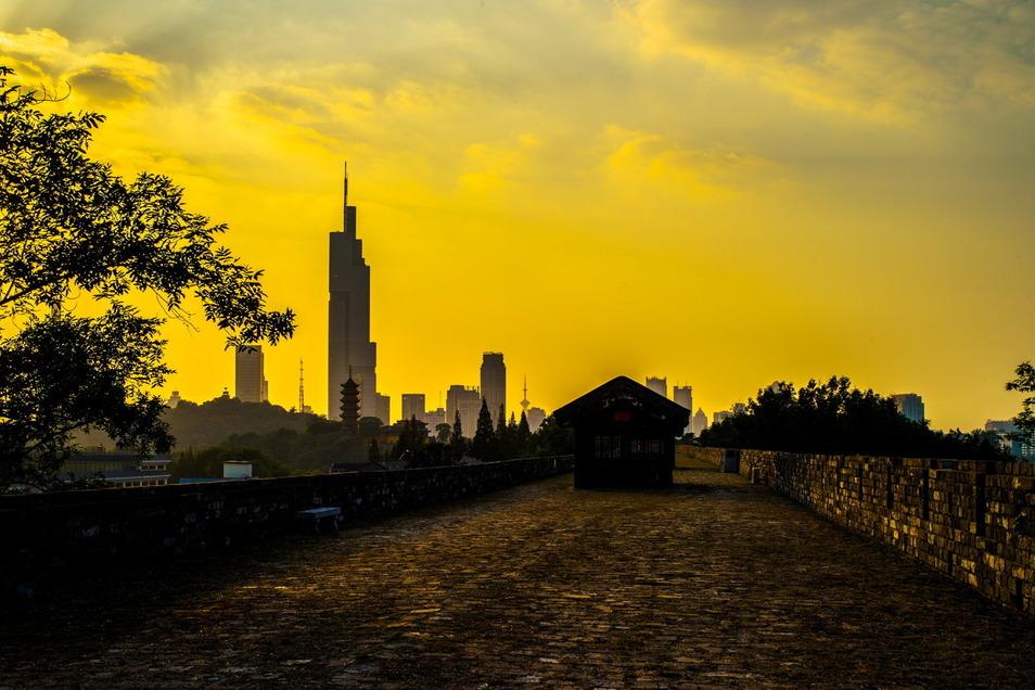 Die Stadtmauer von Nanjing in der Dämmerung: Das im 14. Jahrhundert gebaute Bollwerk hat Ähnlichkeiten zu den Mauern der Festung Königstein.