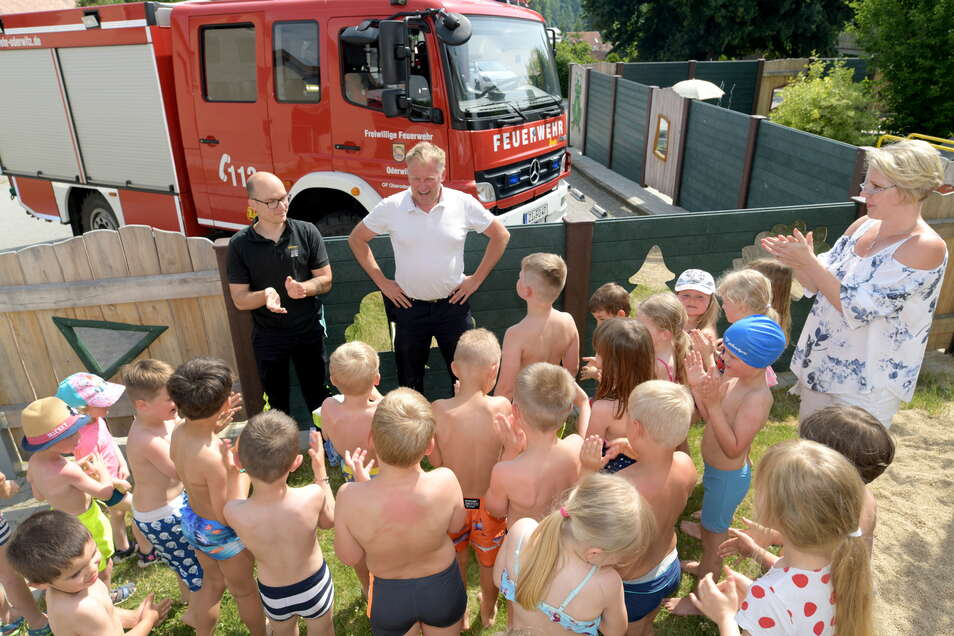 Gemeindewehrleiter Alexander Pollier und Richard Wehder von der Feuerwehr waren bei den Kindern zu Besuch - und warben für die Feuerwehr.