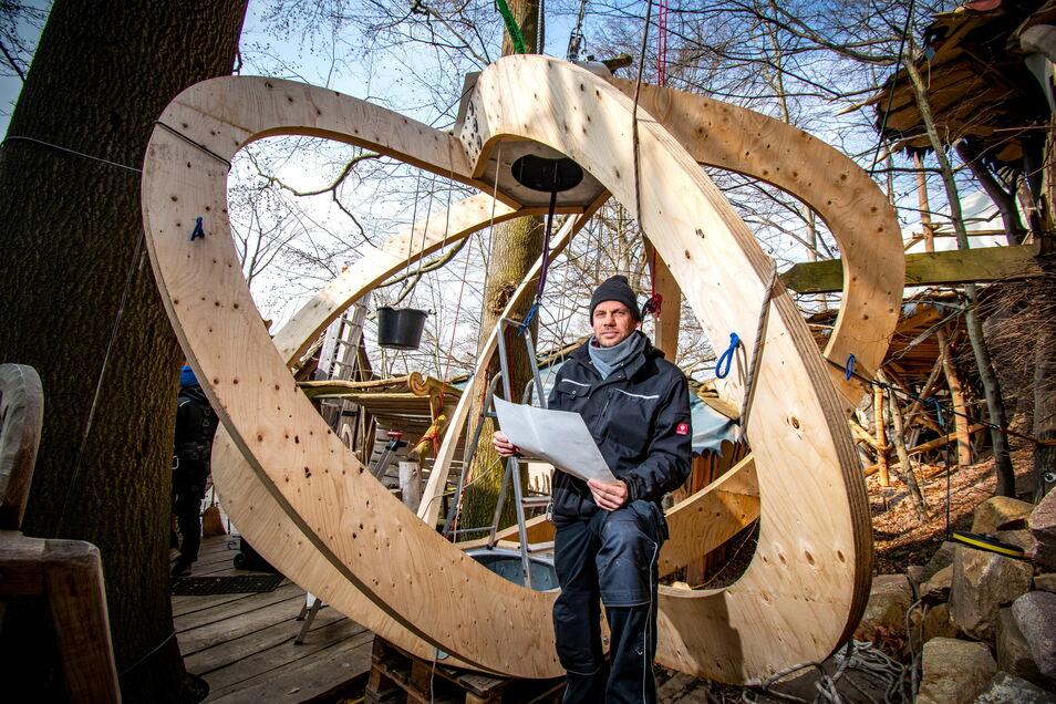 Die Wolke im Rohbau. Die Holzkonstruktion wird mit einer Kunststoffmembran umspannt. Dann wird sie freihängend in einem Baum platziert. Das Forschungsprojekt für eine energieeffiziente Leichbauweise der TU Chemnitz ist einmalig in Deutschland.