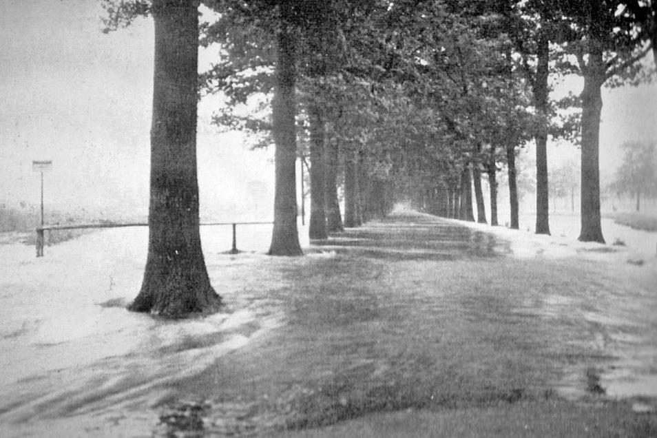 Im rechten Bild: Auch während der umfangreichen Regulierung blieben die Bauarbeiter nicht von den Hochwassern der Neiße verschont. Verheerend wirkte sich das auf den Gesamtablauf schon am 15. Juni 1926 aus. Im Bild die überflutete Straße in Richtung Grott