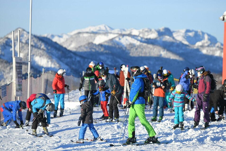 Österreich, Grünau im Almtal: Ausflügler sind zum Skifahren auf dem Kasberg unterwegs. Am Wochenende gab es bei strahlendem Sonnenschein teils so große Verkehrsstaus, dass einige die Notbremse zogen und den Zutritt sperrten.