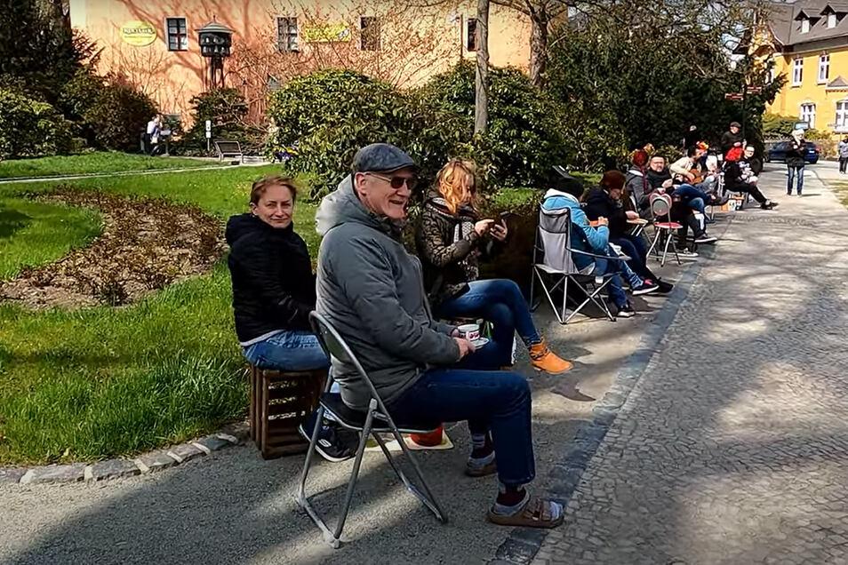 """Das Video zeigt eine entspannte, friedvolle Stimmung, die unter den Teilnehmern des ersten """"Klappstuhl-Kaffees"""" am Sonntagnachmittag um den Zittauer Stadtring herrschte."""