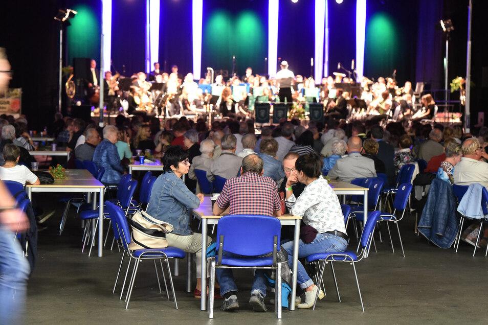 Fast 500 Gäste füllten die Messehalle zum Jubiläumskonzert.