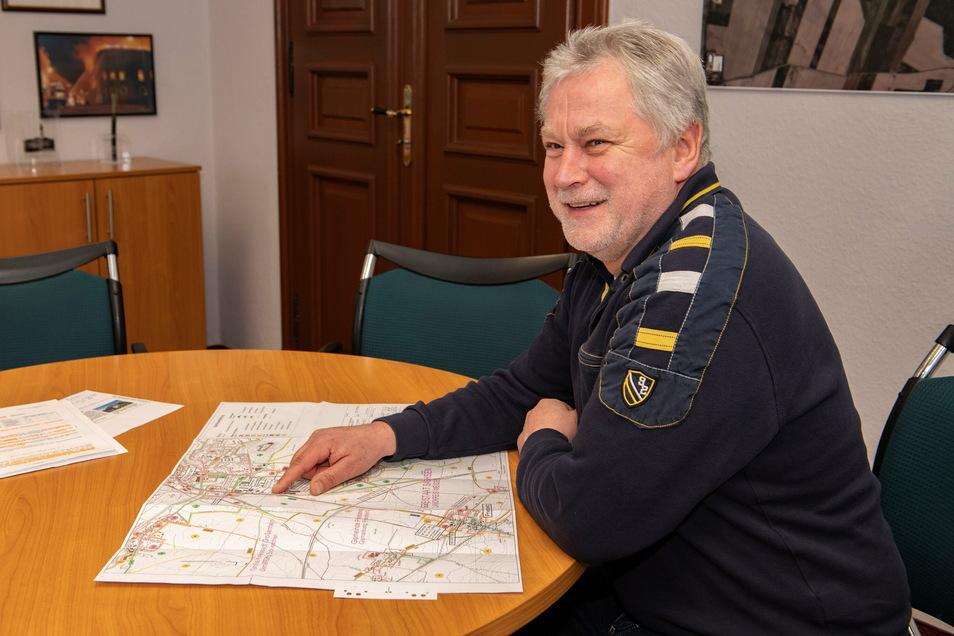 Stadtbaudirektor Tilo Hönicke erläutert die Unterlagen für den geplanten Radweg Großenhain-Priestewitz, die bis 17. Februar öffentlich ausliegen.